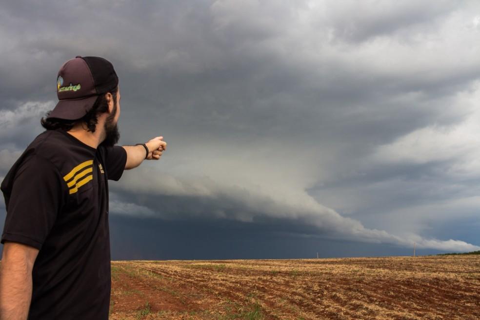 Fotógrafo se formou como técnico em meteorologia após se apaixonar por tempestades — Foto: Acácio Cordioli
